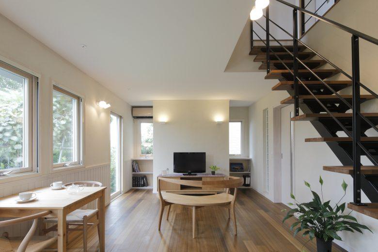 スケルトン階段が美しい自然を感じるシンプルデザインハウス