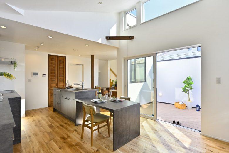 住宅密集地に建つ、プライベートなアウトドア空間をもつ家